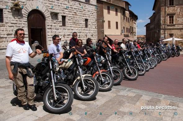 Le Indiana in fila in Piazza Grande (Montepulciano)