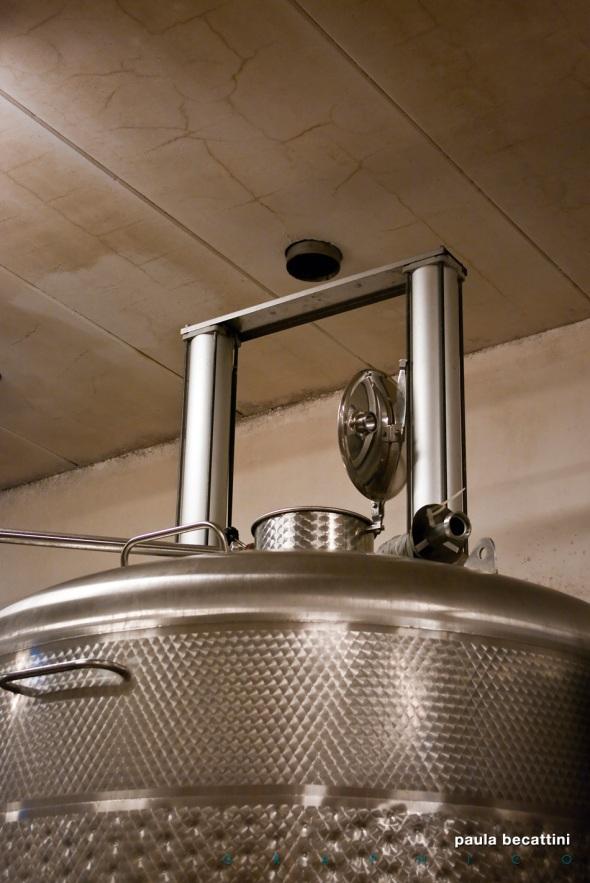 La cantina: vasca di fermentazione in acciaio (particolare)