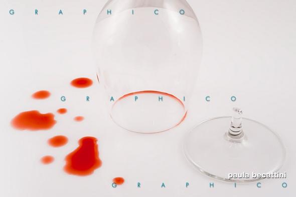 Bicchiere rotto con gocce di vino