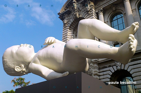 Bambino gigante di Marc Quinn