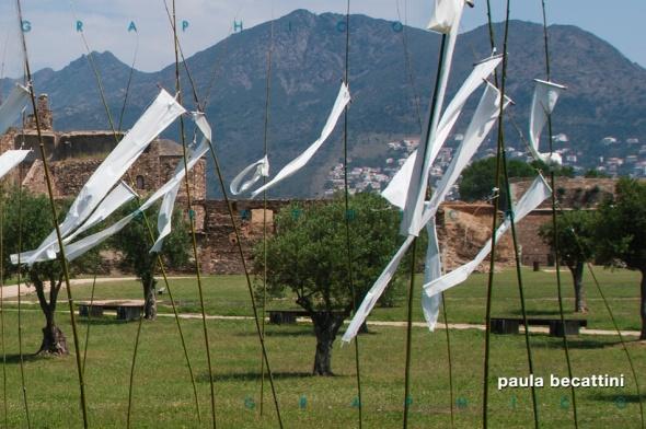 Camp de pauraules no dites: instal-lacio de Joan Comella (Ciudadela de Rosas)