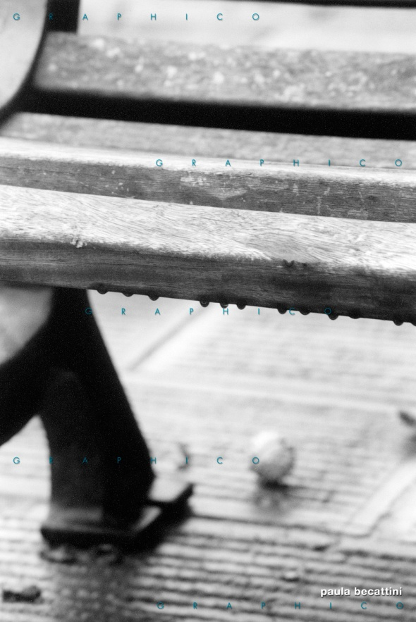 Gocce di pioggia su una panchina