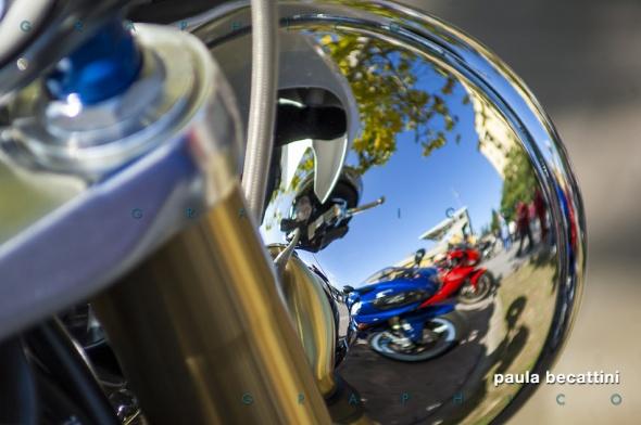 Moto in fila specchiate sul retro di un fanale